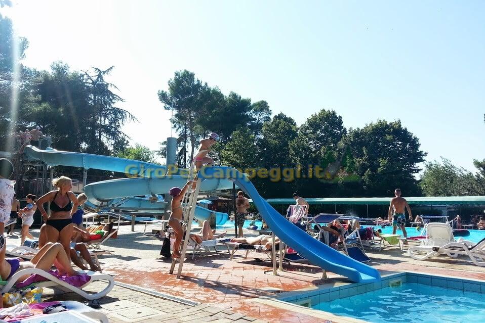 Campeggio italgest la piscina con gli acquascivoli giro campeggi con piscina marche - Campeggi con piscina marche ...
